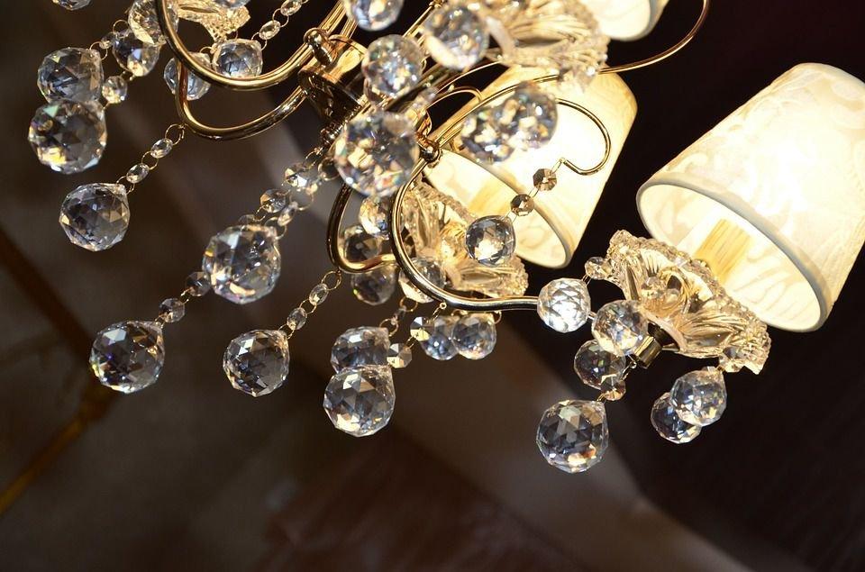 Đèn chùm pha lê với ánh sáng lung linh là một món đồ không thể thiếu đối với nội thất cổ điển Châu Âu
