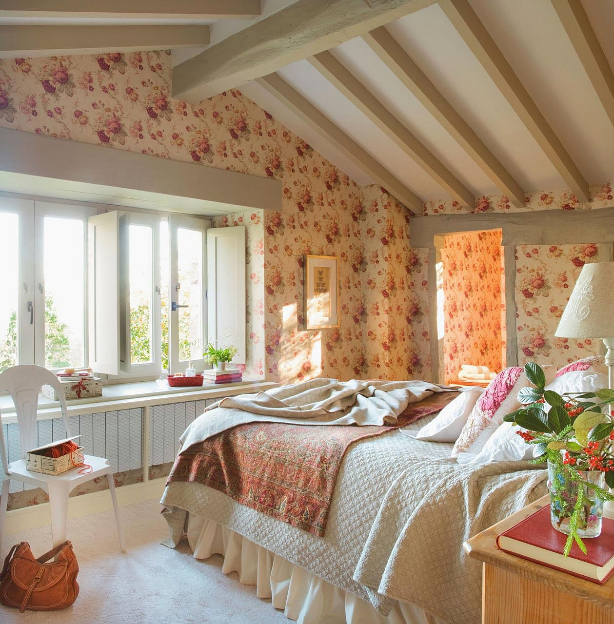 Phòng ngủ được trang trí mang chút lãng mạn và ánh sáng vừa đủ.